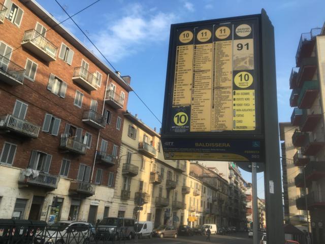 バス停で来るバスの番号を確認する