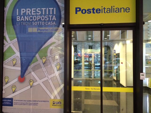 Posteitalianeの看板は黄色に青文字